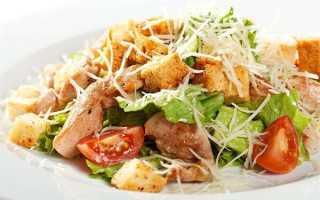 """Салат """"Цезарь"""" с пекинской капустой: курица, сухарики и помидоры в простом классическом рецепте"""
