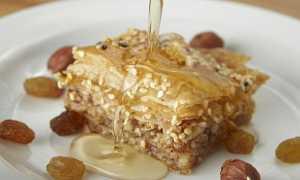 Готовим сливочный пирог с медом и орехами.